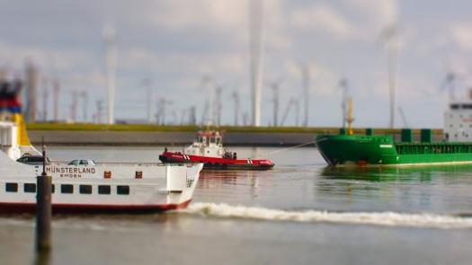 gezicht op een manoeuvre in de de Eemshaven