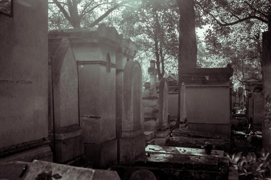 Sepulchral architecture at 'Le cimetière du Père Lachaise'