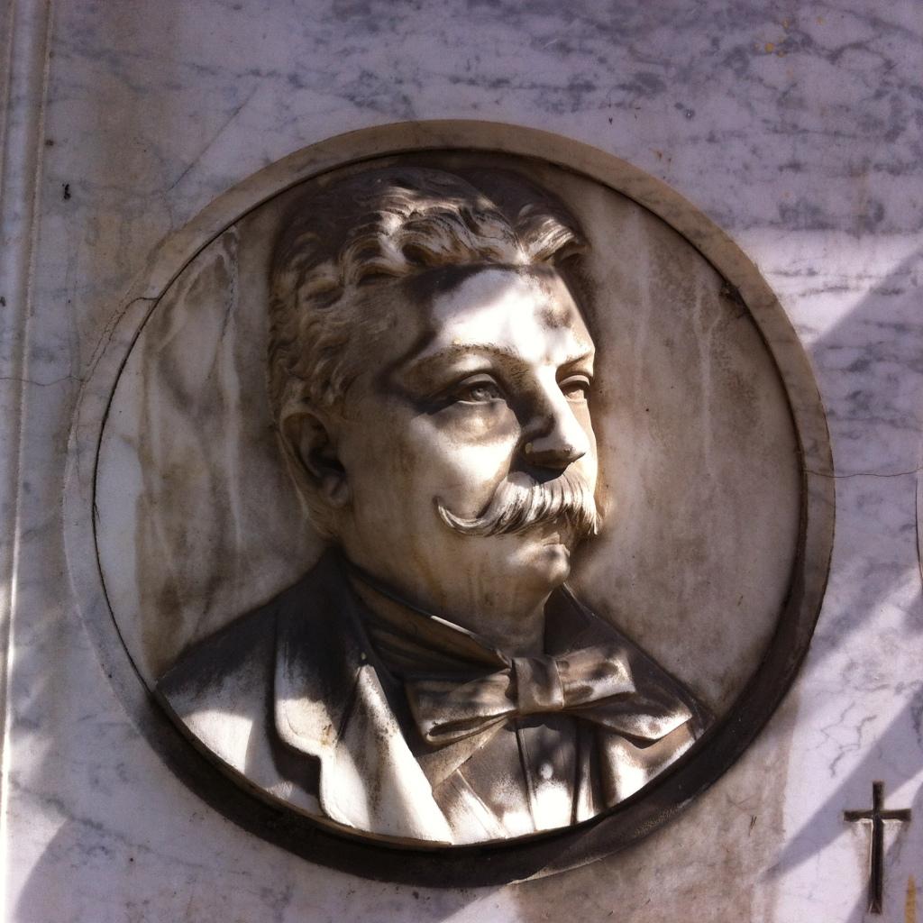 Portrait in relief, alabaster (?) tondo mounted in marble, Cimitero Monumentale del Verano, Rome. Photo: Eelco Bruinsma 2014.